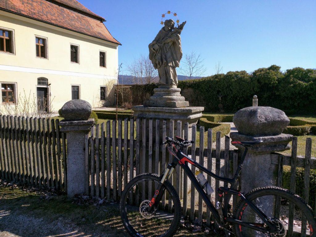 Trans Bayerwald - Schloss in Herzogau mit dem Cerchov im Hintergrund