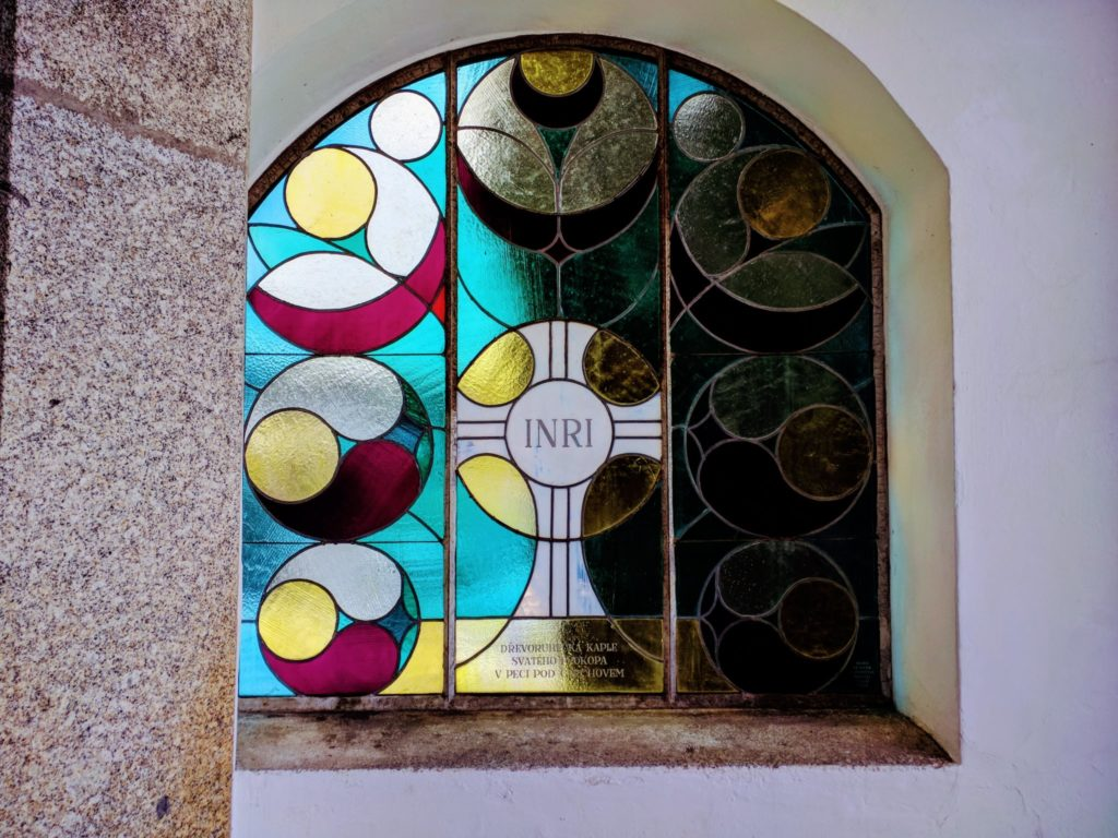 Kapelle des Heiligen Prokop in Pec, Glasfenster am Eingang