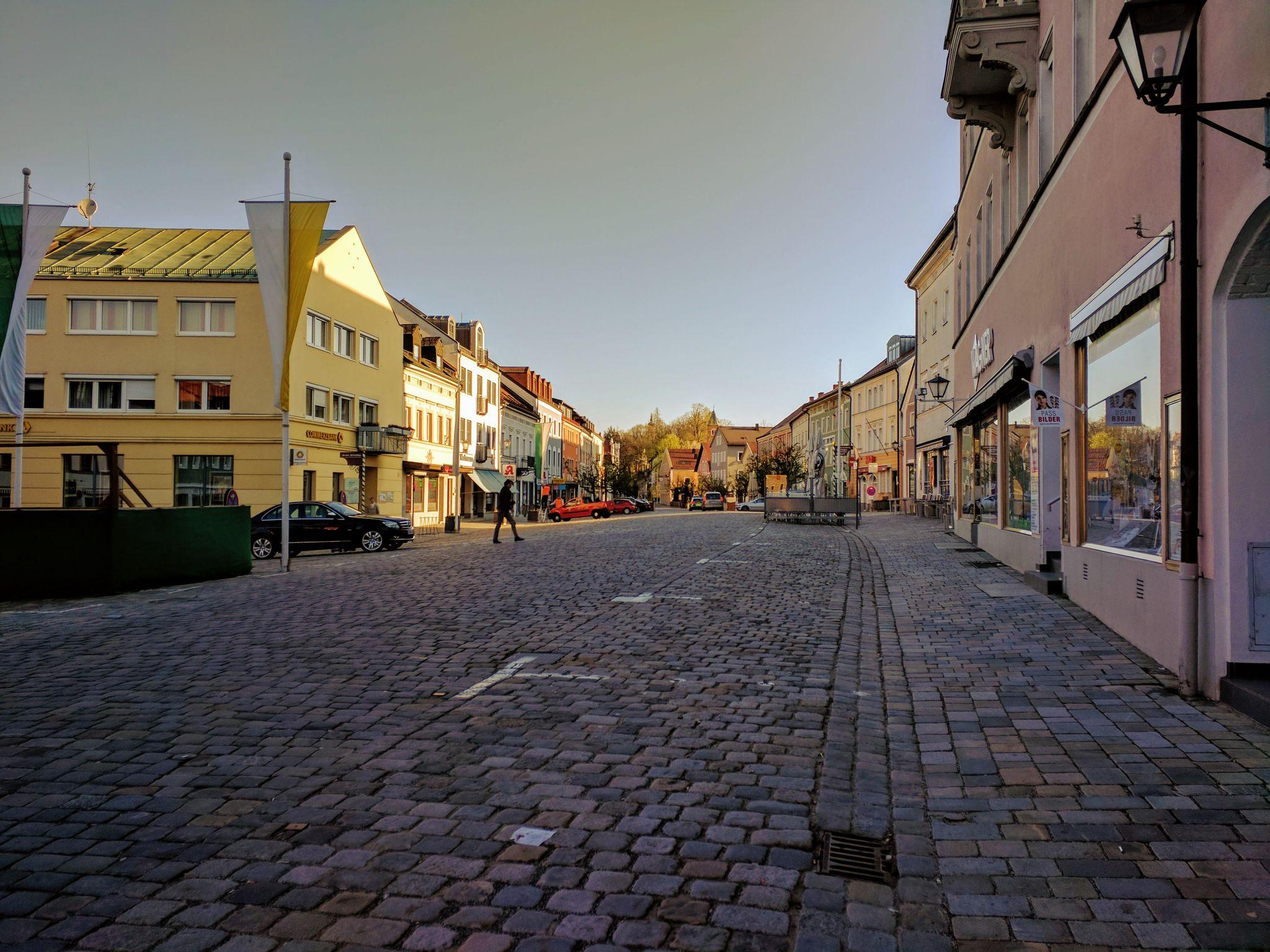 Fast menschenleerer Stadtplatz von Furth im Wald