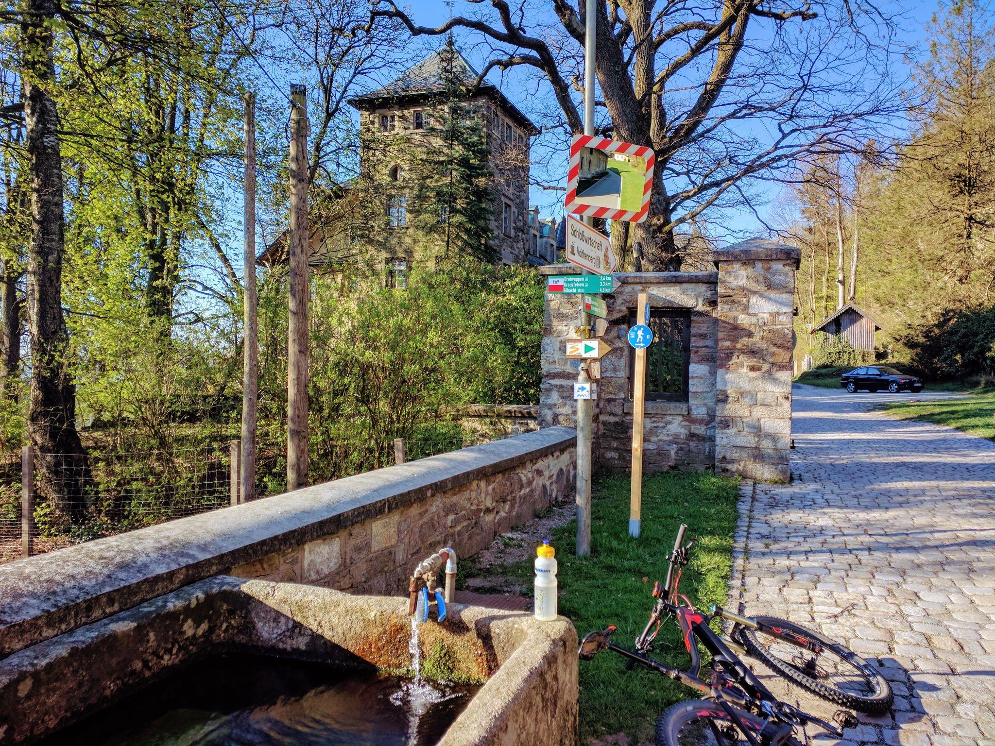Trans Bayerwald - Wasserflaschen auffüllen am Schloss Voithenberg