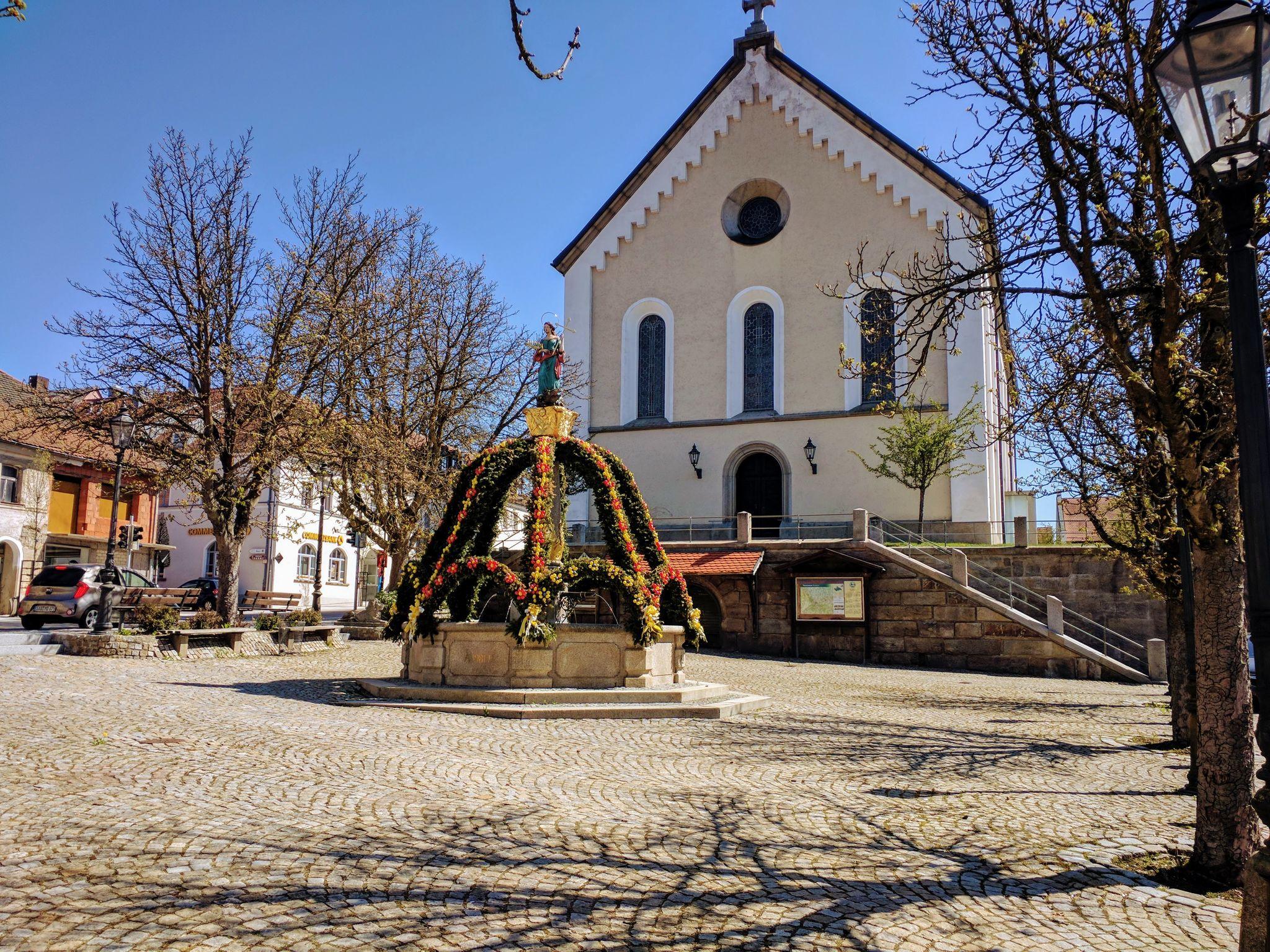 Osterbrunnen vor der Kirche St. Martin in Rötz