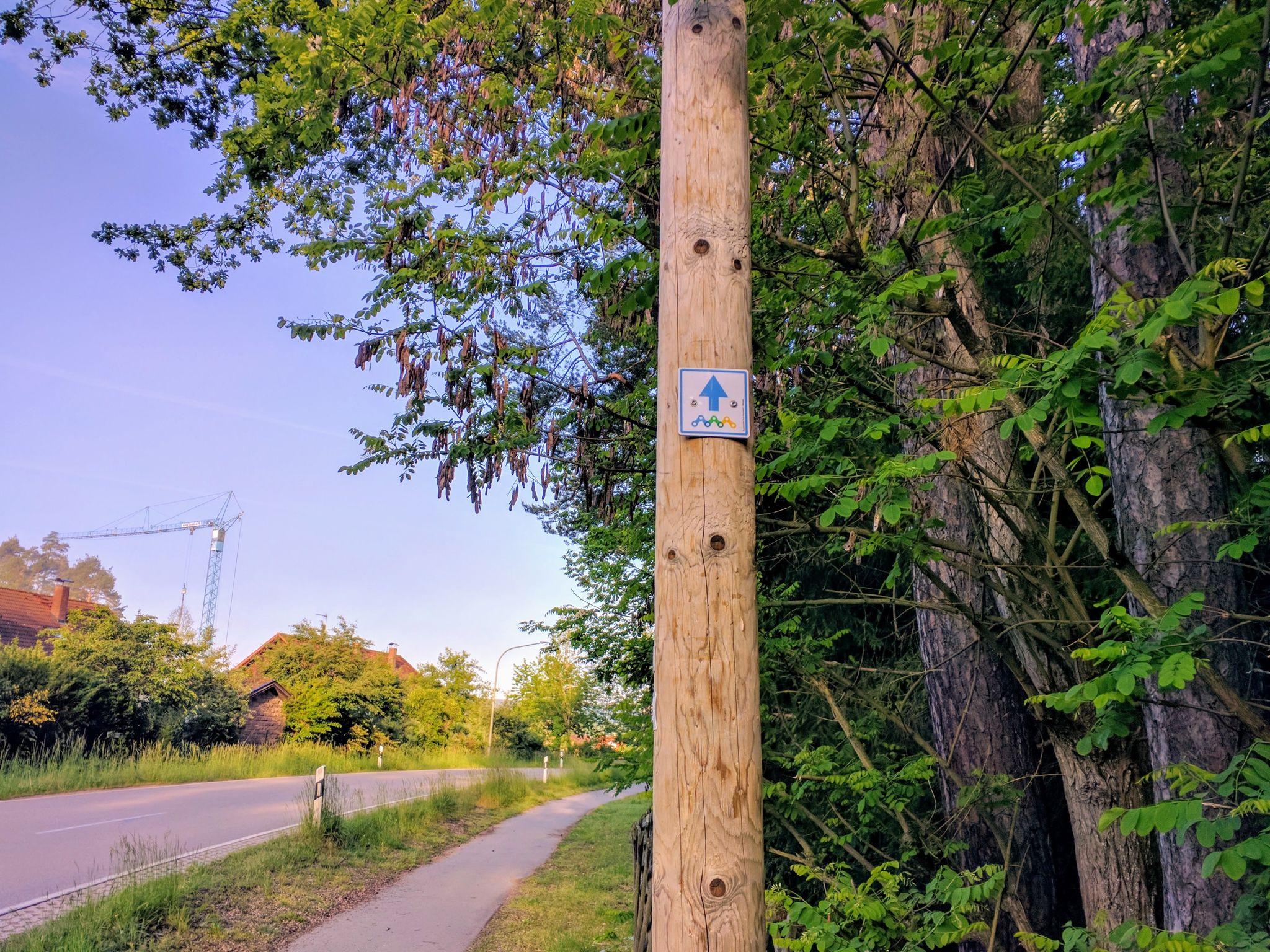 Erster Wegweiser für die Trans Bayerwald in Neubäu