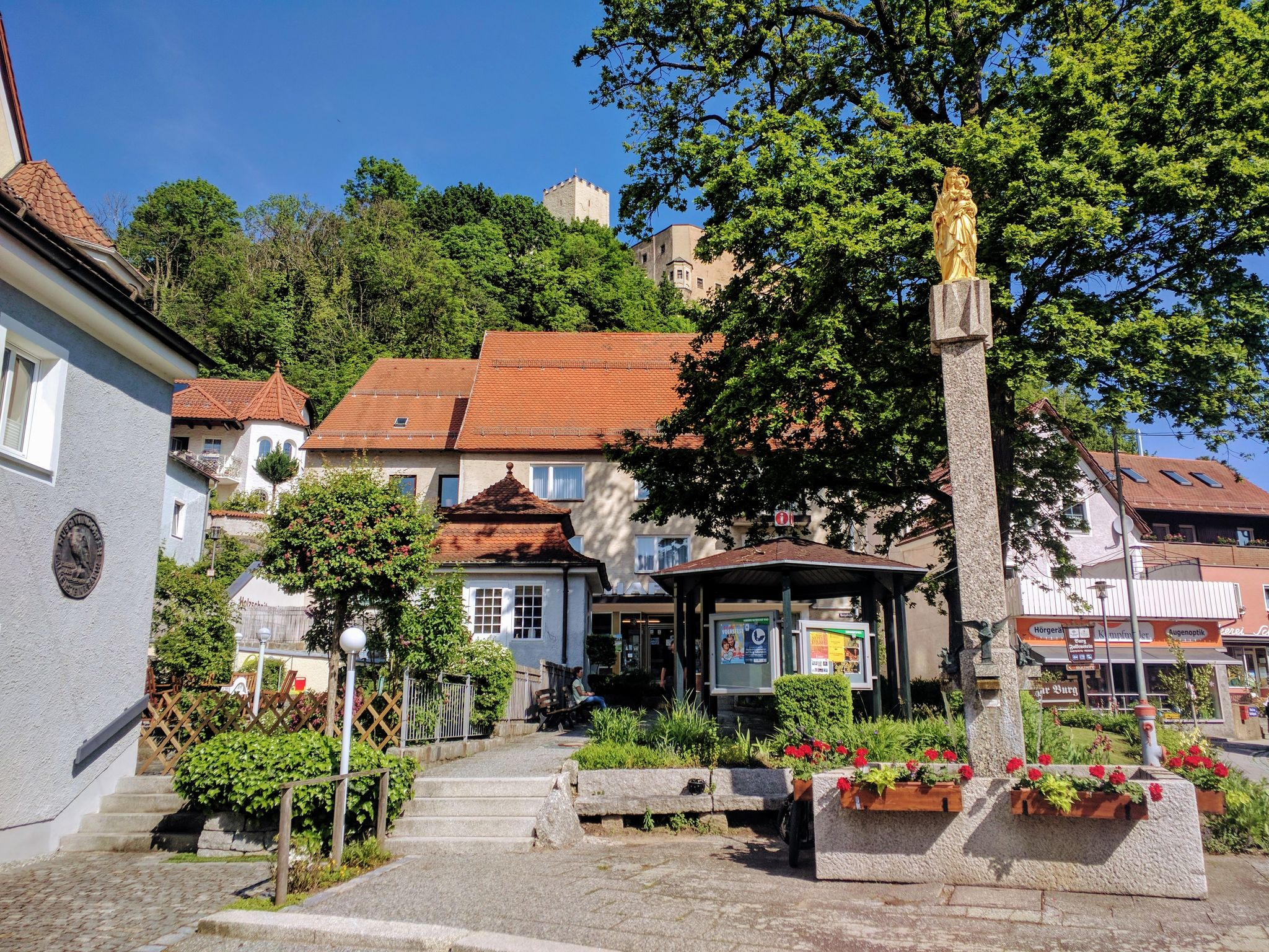 Markplatz in Falkenstein mit der Burg im Hintergrund
