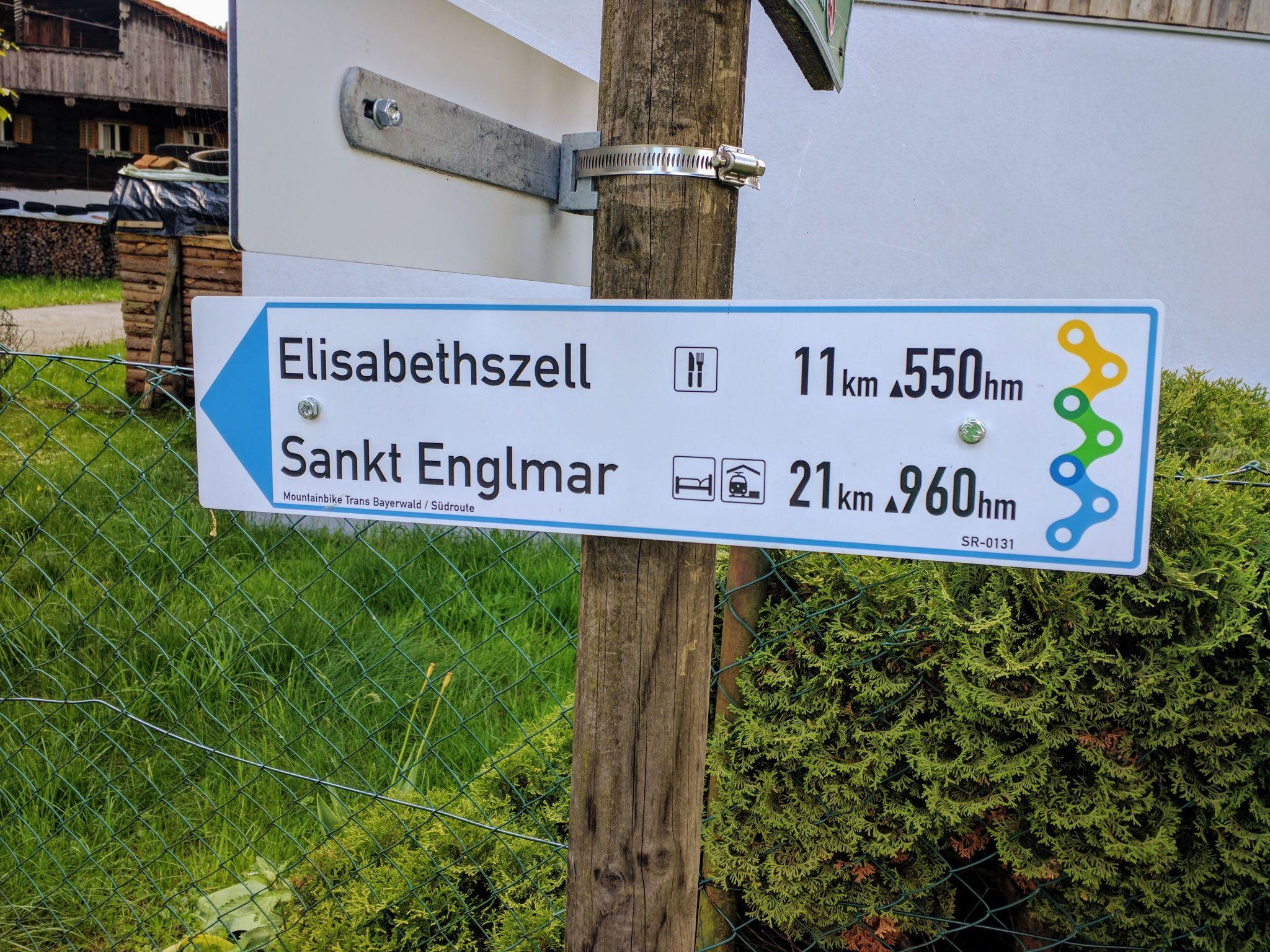 Trans Bayerwald - Wegweise in Landorf, noch einige Höhenmeter bis zum Ziel in Sankt Englmar