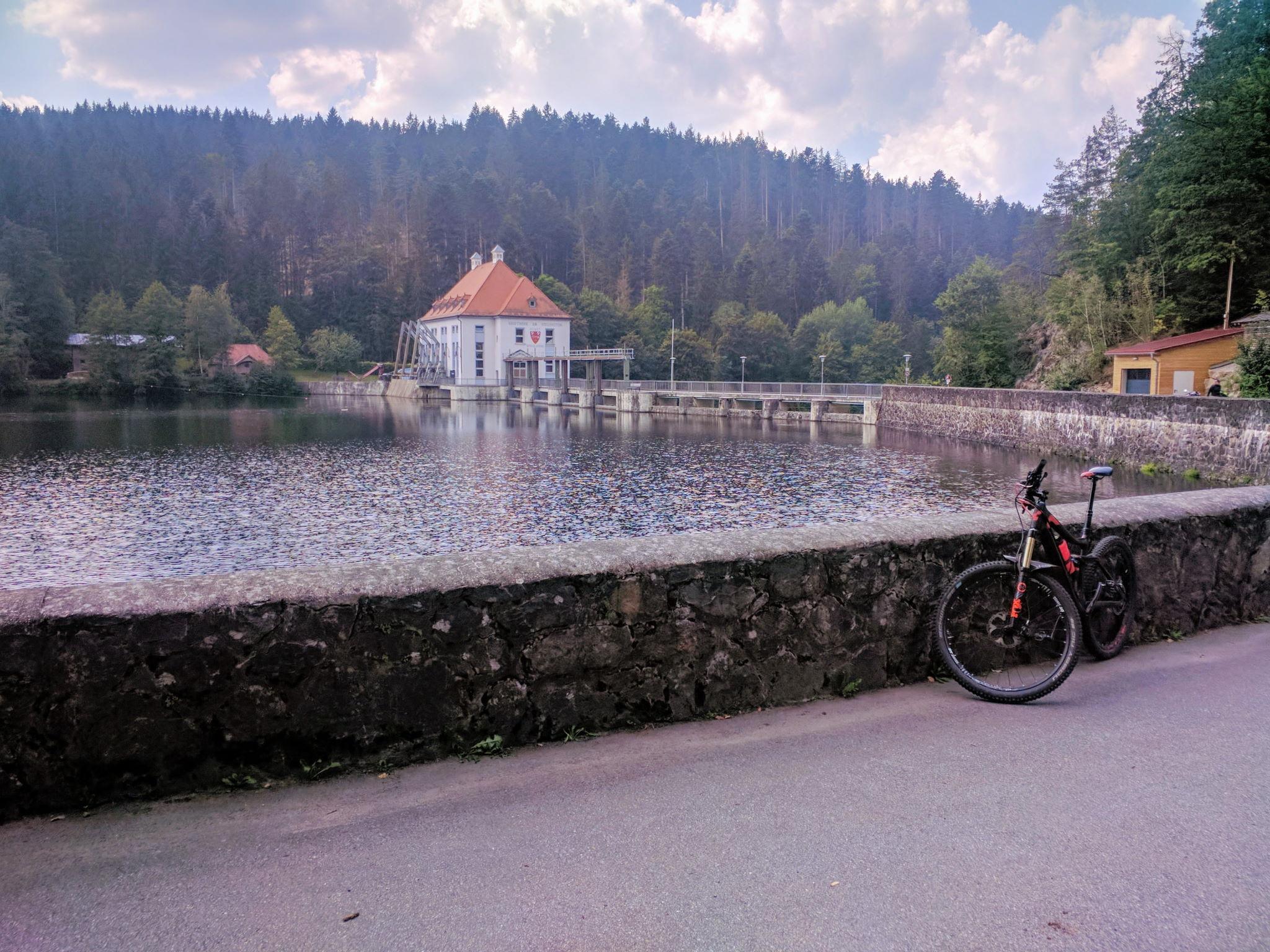 Staumauer und Kraftwerk Höllensteinsee