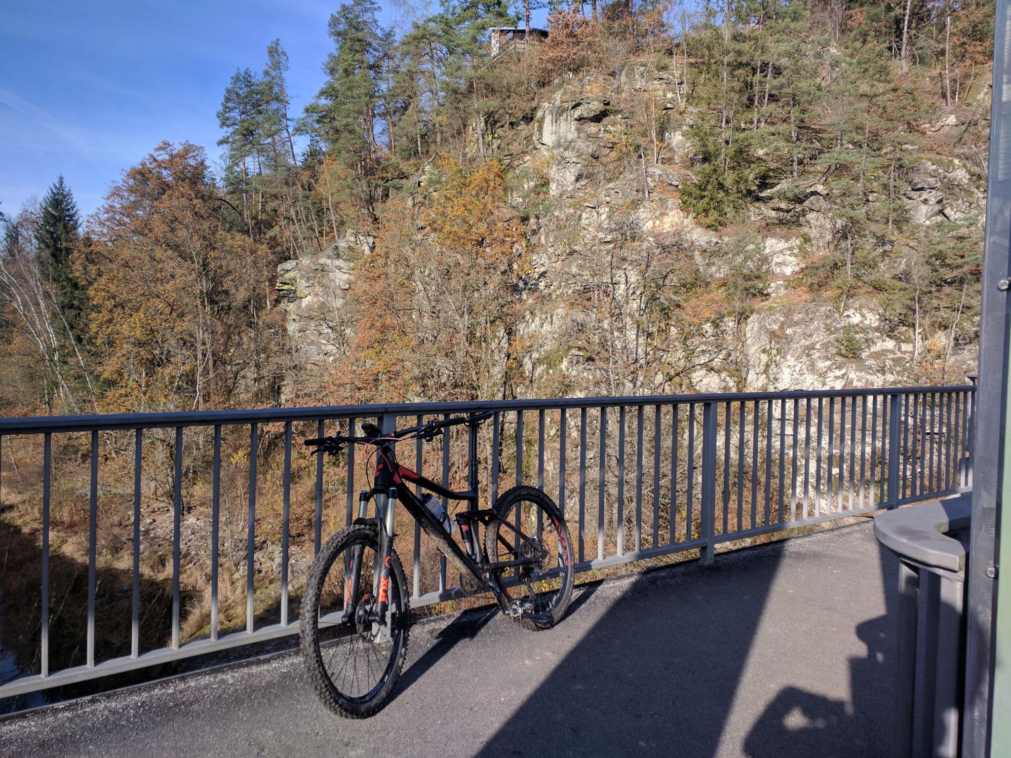 Auf der Staumauer des Wasserkraftwerks Höllensteinsee